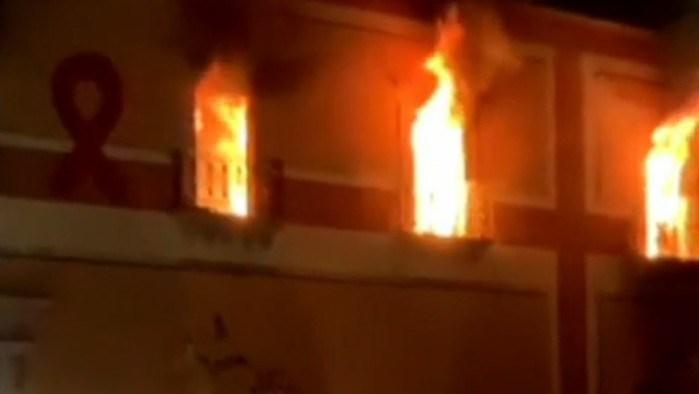 Manifestantes prenden fuego al Palacio Municipal de Fresnillo, Zacatecas, por asesinato de la niña Sofía