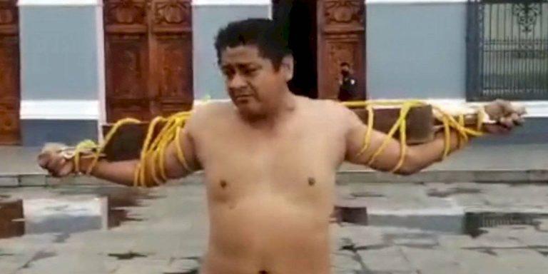 VIDEO | Ex delegado en Tabasco se flagela para evidenciar falta de apoyos por inundaciones