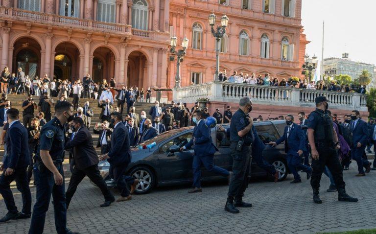 Trasladan restos de Diego Maradona al panteón tras velatorio en la Casa Rosada