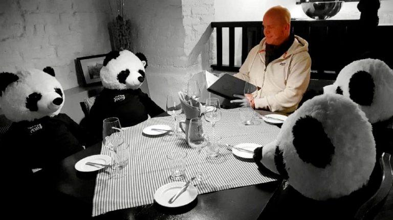 Restaurante protesta contra la cuarentena con osos de peluche